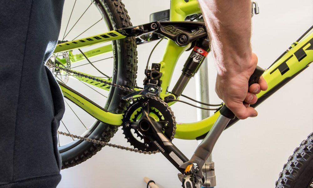 photographie du montage d'un vélo